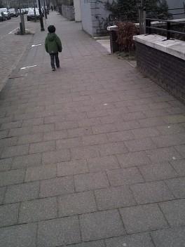 Ver vooruitlopen op weg naar school / Walking ahead on the way to school