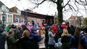 Muziekpieten met Sinterklaas op het podium / Music Petes and Saint Nichholas on stage